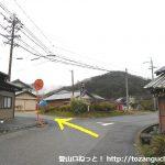 川口バス停前のT字路