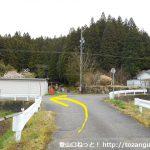 大平バス停から碁盤石山の東納庫登山口に行く途中の農道のT字路