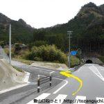 新和市バス停のそばのT字路を左に入る