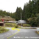 平山明神山の大神田登山口に行く途中のT字路