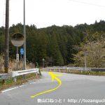 谷合のバス停横から林道に入る