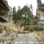 知生山の登山口にある無人の民家前