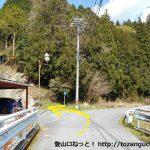 呼間バス停の北側の橋を渡ったら左折する