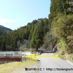呼間バス停の北側の橋を渡ったら左折しその先のT字路を左折して橋を渡る