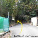 呼間バス停から笹頭山の登山口に向かう途中の炭窯前の三叉路の先のT字路