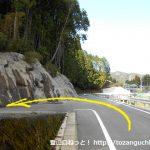 笹頭山の登山口へ向かう林道の入口のT字路