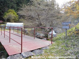 下小滝バス停唐沢に下ったところに掛けられている赤い橋