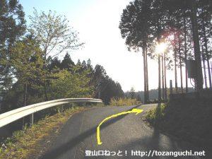 連谷小学校から仏坂トンネルに向かう途中の右カーブ