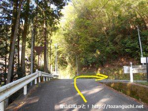 連谷小学校からの車道が県道32号線に出合うところ