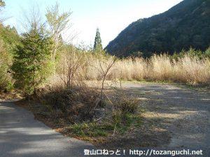棚山林道終点のゲート前の駐車場