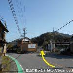 県道32号線から鳳来寺山の利修仙人コースの登山口方面に入るところ