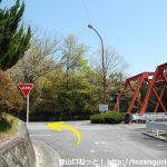 三河槙原駅前の車道を東に歩いてT字路に出たところ