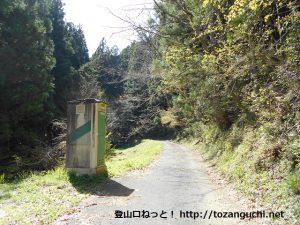 三ツ瀬明神山の三ツ瀬登山口の手前にある簡易トイレのある駐車スペース