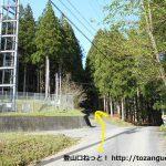 槻神社の手前にある携帯電話のアンテナのある十字路を直進