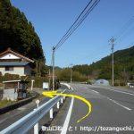 月バス停の東側から槻神社への道に入るところ