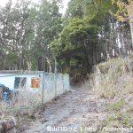 東栄町真地地区の熊野神社参道入口横の水道施設横から延びる御園富士の登山道