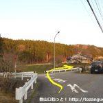 御所平バス停からの車道が県道506号線に出合うところ