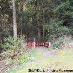 白鳥神社への石段の手前にある赤い橋