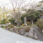 白鳥神社の本殿手前の赤い橋の手前の車道