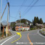 県道10号線の下町の交差点の北側1kmほどのところにある旧道との分岐地点