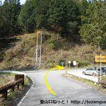 信玄塚前の車道のすぐ先の分岐を右へ進む