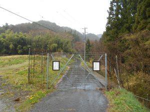 青木バスターミナルから子檀嶺岳の村松西洞コースの入口に設置されている防獣ゲート