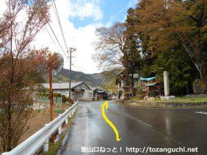 子檀嶺岳の当郷管社コースに行く途中のお宮さん前の十字路