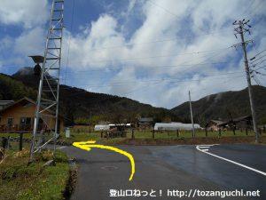 子檀嶺岳の当郷管社コースの登山口手前の登山者用休憩所前のT字路