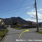 上田電鉄の舞田駅前の車道が県道82号線に交わる交差点の少し先のT字路
