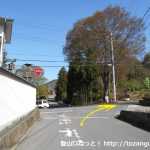 独鈷山の登山口手前の白壁の家の前の辻を右折