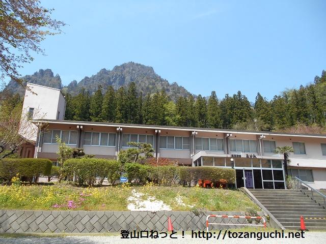 旧国民宿舎裏妙義(2016年3月閉館)の建物から見る裏妙義(丁須ノ頭)の山並み
