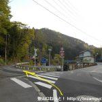 磐戸橋バス停の南側から左のわき道に入る