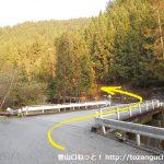桧沢岳の登山口となる大森橋を渡って左の林道に入る