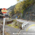熊倉バス停前の県道108号線を勧能方面に進む