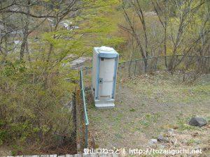 諏訪山の登山口に設置してある簡易トイレ
