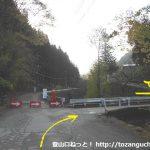 大ナゲシの赤岩橋登山口に行く途中の橋を渡るところ