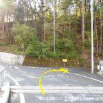 小平バス停の200mほど西で左折して橋を渡ったらすぐに右の小道に入る