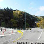 小平バス停の200mほど西で左折して橋を渡る