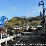 八幡神社バス停横のT字路を右に入り県道46号線を北に進む