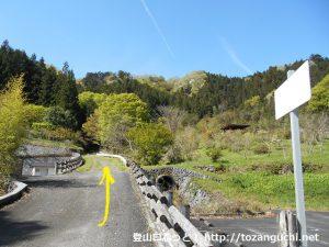 倉尾ふるさと館の横から日尾城跡への遊歩道を上る