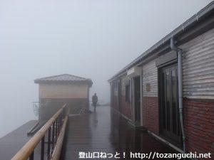 富士山の七合目の小屋前