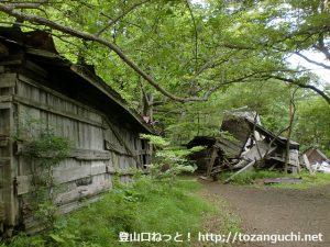 富士山の吉田口登山道の三軒茶屋跡の朽ちた小屋