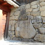 横から見るとチョー薄い上田城の真田石を見て戦国のロマンに浸る