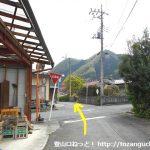 武州中川駅の南側から右斜め前のわき道に入った先の辻を直進