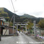 若御子神社の参道入口に建つ鳥居