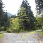 武州日野駅から熊倉山の城山コース登山口に向かう途中の三叉路を右へ