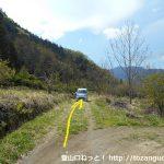 城山(熊倉城跡)の登山口手前で農道に入るところ