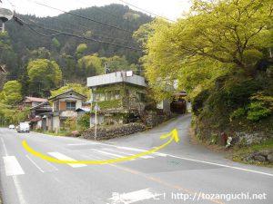 国道140号線の強石から秩父御岳山の登山口方面に入るところ