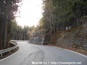 国道140号線の雁坂峠登山口前