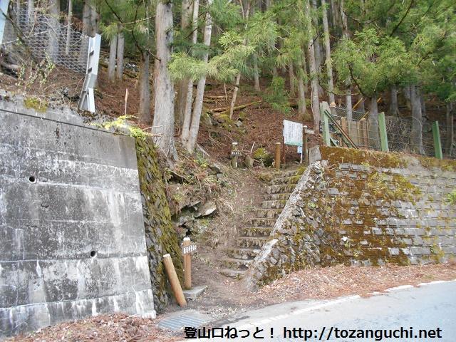 甲武信ヶ岳の雁坂峠登山口(川又)